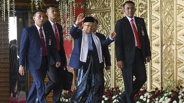 Wakil Presiden terpilih Ma'ruf Amin melambaikan tangan saat tiba untuk menghadiri pelantikan anggota DPR di Kompleks Parlemen, Senayan, Jakarta Selasa (1/10).  [ANTARA FOTO/Galih Pradipta]