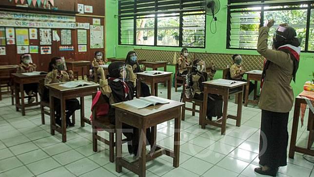 Suasana uji coba pembelajaran tatap muka hari pertama di SDN Kenari 08 pagi, Jakarta, Rabu, 7 April 2021. Pemerintah Provinsi DKI melakukan uji coba pembelajaran tatap muka terbatas di 100 sekolah mulai 7 April hingga 29 April 2021 dengan menerapkan protokol kesehatan Covid-19 yang ketat. Skema yang akan diterapkan adalah pembelajaran  tatap muka secara bergantian di dalam ruangan maksimum 50 persen dari kapasitas ruangan. TEMPO / Hilman Fathurrahman W