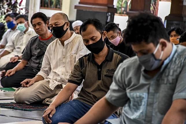 Sejumlah umat muslim melaksanakan ibadah Sholat Jumat di Masjid Agung Kota Cimahi, Jalan Kaum, Kota Cimahi.