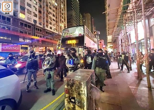 大批防暴警員在彌敦道戒備。(梁裔楠攝)