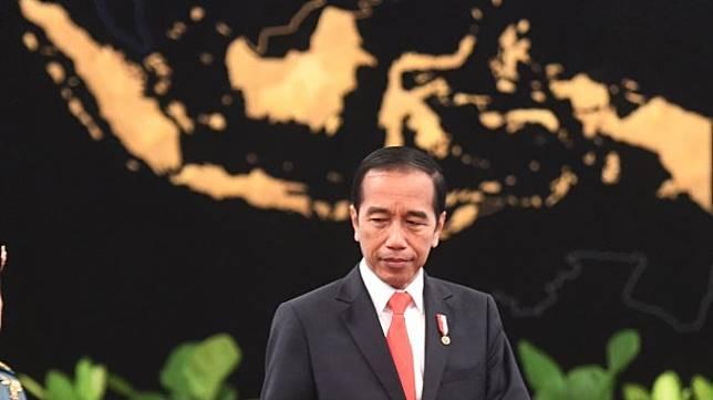 Presiden Joko Widodo (kiri) didampingi usai memberikan keterangan pers terkait rencana pemindahan Ibu Kota Negara di Istana Negara, Jakarta, Senin (26/8). [ANTARA FOTO/Akbar Nugroho Gumay]