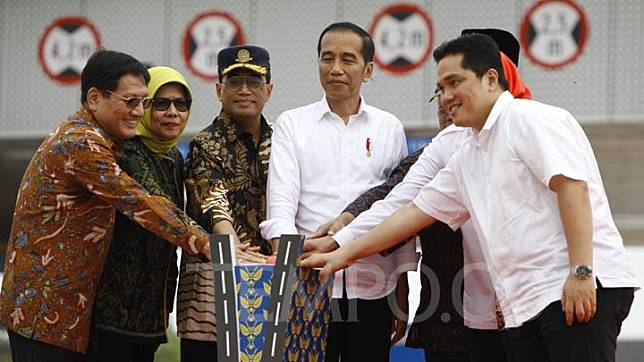 President Joko Widodo (center) poses during the inauguration of the Jakarta Outer Ring Road 2 of Kunciran-Serpong route, Serang, West Java, Friday, December 6, 2019. TEMPO/Subekti