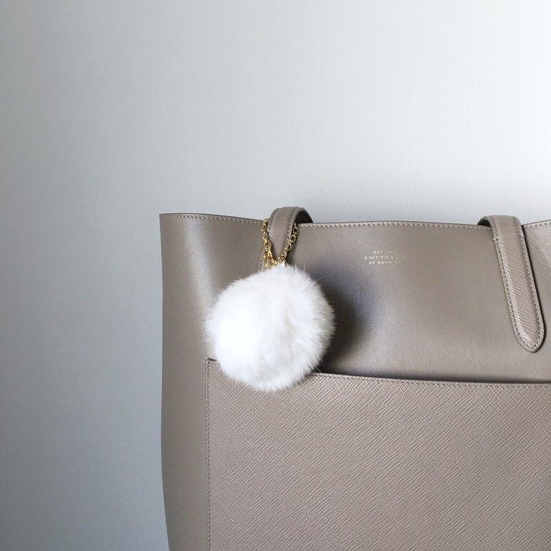即使是在休閒包,我認為滿足甚至名牌包。 ★尺寸:約13厘米總長度 ★材質: 皮草:皮草狂熱(白色),約80毫米(這是足以容納一隻手) 設備:黃銅(鍍) 珠:珍珠珠(塑性加工) ★金屬配件顏色:金 購買