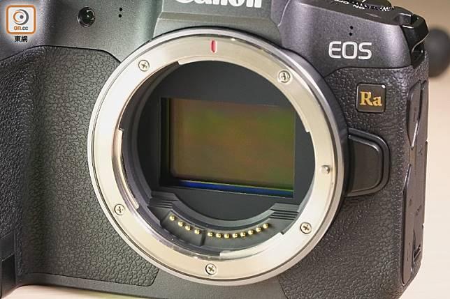 關機時影像感應器的防塵閘會自動關上,戶外影相時不用擔心會入麈。(莫文俊攝)