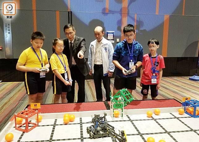 賽事分為5個項目,包括工程挑戰賽及避障巡線機械人競賽等。(陳沅彤攝)