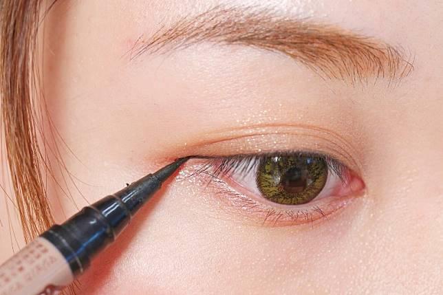 Step 5:畫一條黑色上眼線。(胡振文攝)