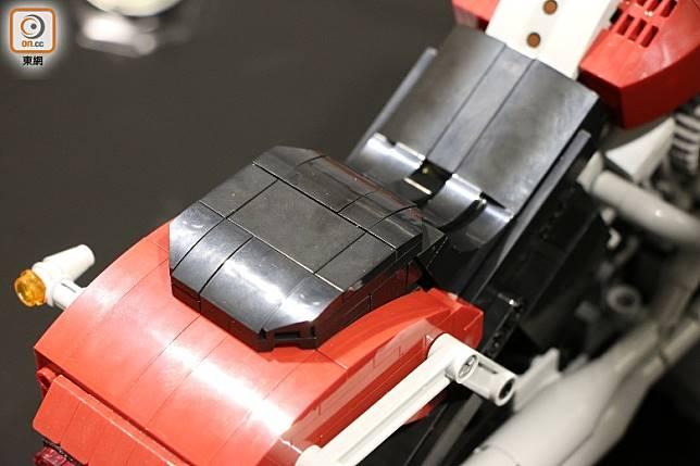 皮椅以多件零件組裝而成,模仿出應有弧度。(盧展程攝)