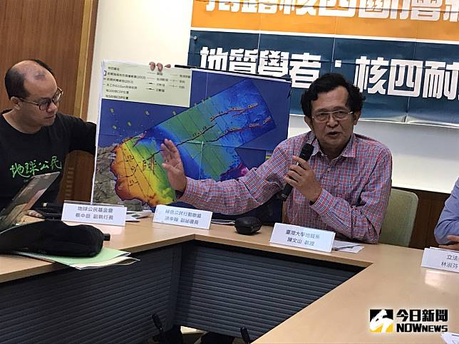 ▲台大地質系教授陳文山指出,新事證證明在核四周邊海岸發現的F2地質構造,不排除微活動斷層。(圖/記者賴志昶攝)