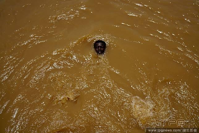 黃水中的自在