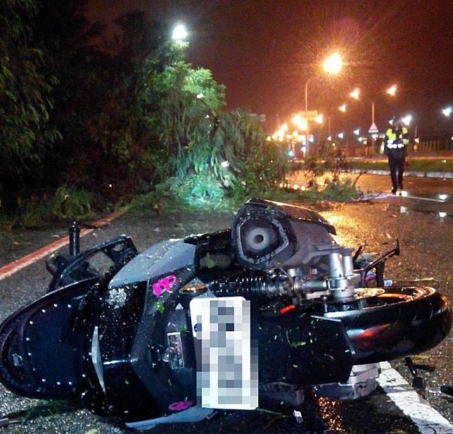 白鹿颱風造成台南一死,18歲林男騎車撞上倒塌路樹刺穿右胸,當場死亡