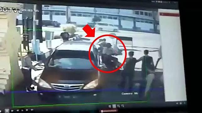 peristiwa bom bunuh diri di Polrestabes Surabaya () Artikel ini telah tayang di Tribunjatim.com dengan judul Demi Dendam, 3 Keluarga Nekat Ledakkan Bom Bunuh Diri di Surabaya-Sidoarjo, Fakta Penting Terungkap, http://jatim.tribunnews.com/2018/05/14/demi-dendam-3-keluarga-nekat-ledakkan-bom-bunuh-diri-di-surabaya-sidoarjo-fakta-penting-terungkap?page=all&_ga=2.13968756.29407268.1526283900-1901692863.1521611343. Penulis: Ani Susanti Editor: Anugrah Fitra Nurani
