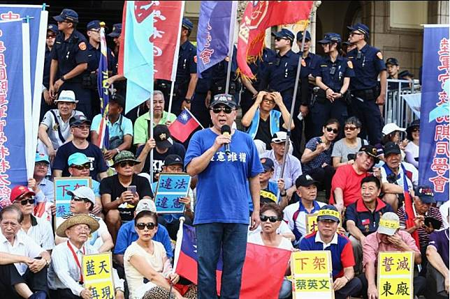 反年改團體「八百壯士」23日前往司法院廣場前關注軍公教年改釋憲結果。(鄧博仁攝)