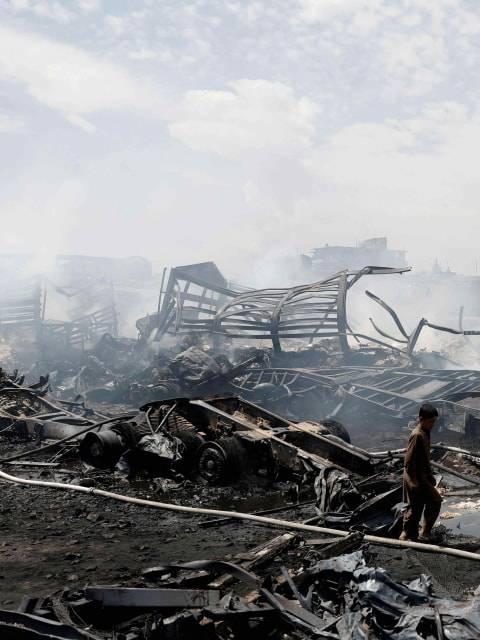 Foto: Puing Sisa Kebakaran Deretan Truk BBM di Afghanistan