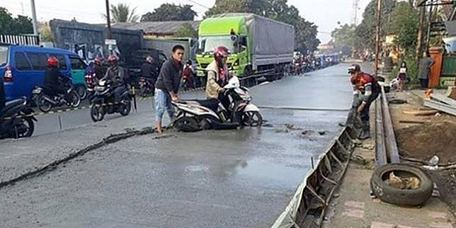 Motor terjebak di jalan yang baru dicor (Liputan6.com)