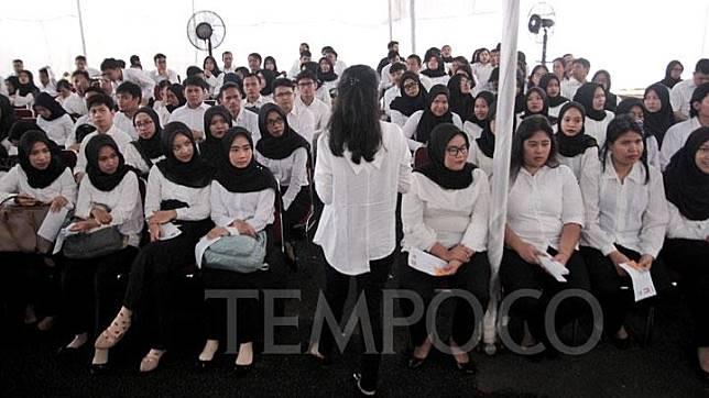 Peserta saat menunggu untuk mengikuti Seleksi Kompetensi Dasar (SKD) berbasis Computer Assisted Test (CAT) untuk Calon Pegawai Negeri Sipil (CPNS) di kantor Badan Kepegawaian Negara (BKN) Pusat, Jakarta, Senin, 27 Januari 2020. TEMPO / Hilman Fathurrahman W