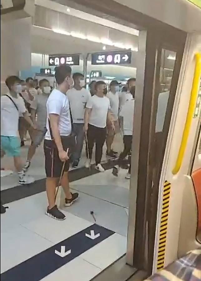白衫人士包圍列車門。(互聯網)