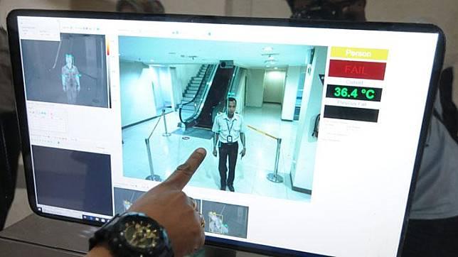Petugas Kantor Kesehatan Pelabuhan (KKP) mengoperasikan alat deteksi suhu tubuh atau thermo scanner untuk mengantisipasi penyebaran virus Corona di Bandara Adi Soemarmo, Boyolali, Jawa Tengah, Rabu, 22 Januari 2020. ANTARA