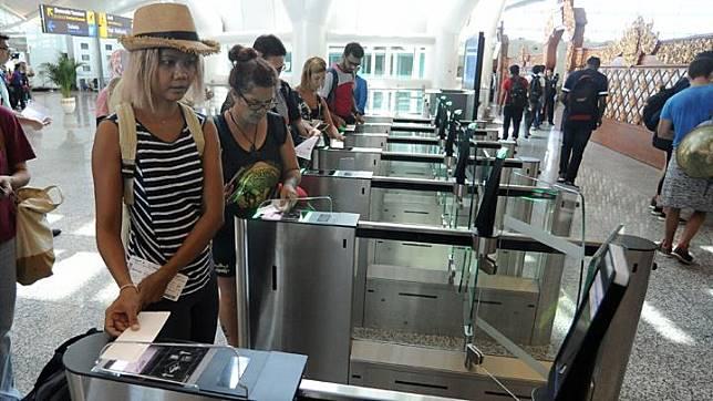 Would-be passengers scan their tickets at boarding pass gates at the international terminal of I Gusti Ngurah Rai International Airport, Bali, Tuesday, September 3, 2019. ANTARA/Fikri Yusuf