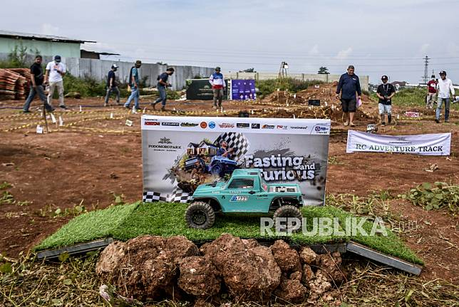 Sejumlah peserta mengikuti turnamen mobil offroad remote control (RC) bertajuk Fasting and Furious di Podomoro Park, Jalan Raya Bojongsoang, Kabupaten Bandung, Ahad (2/5).