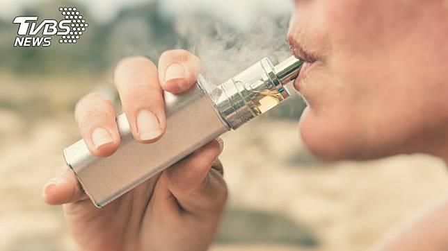 不少老菸槍希望藉由改抽電子菸來減少菸癮。(示意圖/TVBS)