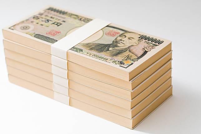 ▲日本一名男子搭乘東京山手線時,將 280 萬現金忘在車上就下車。(圖/翻攝自 Pakutaso )