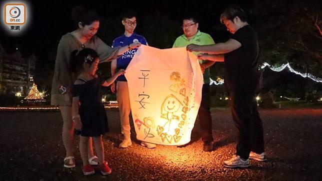 在農場的體驗活動非常多,包括晚上還可學製作祈福天燈,可一家大小一起做。(劉達衡攝)