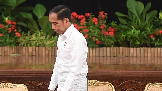 President Jokowi walks after delivering a press conference on the revisions of the KPK Law at the State Palace in Jakarta, Friday, September 13, 2019. ANTARA