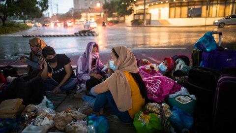 Foto: Kerumunan Pekerja asal Filipina Saat Akan Kembali ke Rumah Usai Karantina