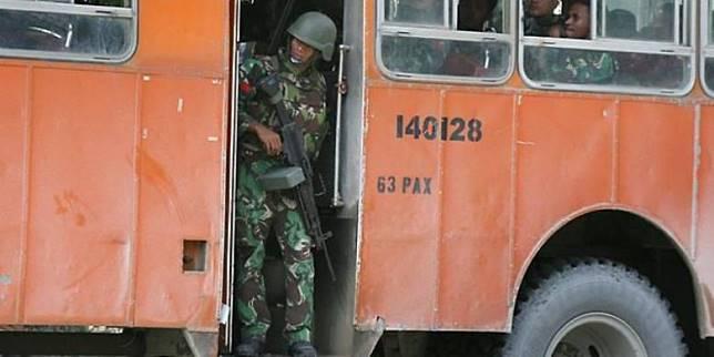 Seorang prajurit Indonesia tengah berpatroli di sekitar Timika, Papua.(AFP)   Artikel ini telah tayang di Kompas.com dengan judul