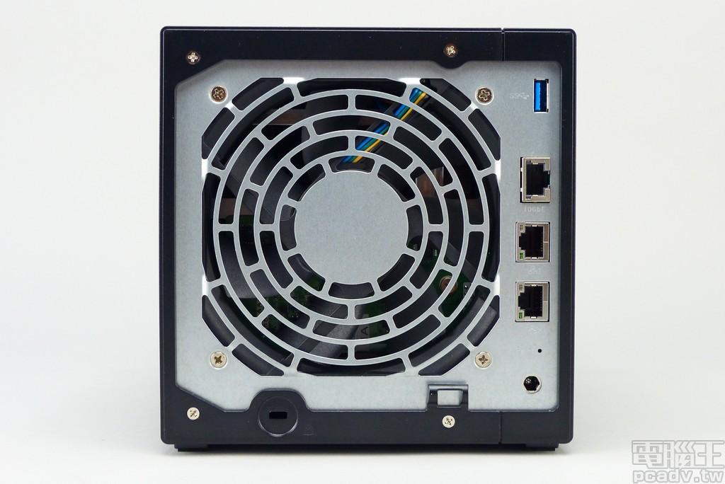 Asustor AS4004T 具備 3 個 RJ45 網路埠,其中 1 個還支援 2.5/5/10Gbps 連線速率