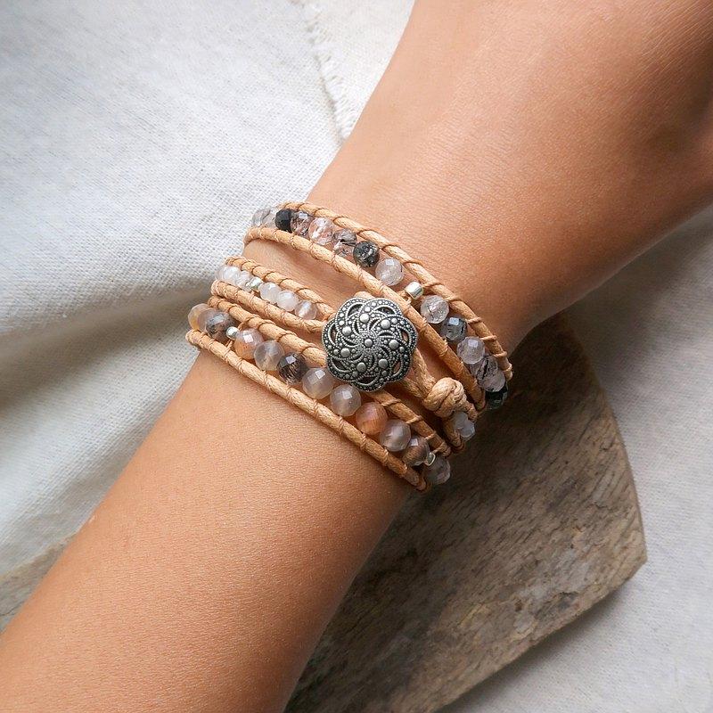 優雅自在的淡色系, 粉橘色的橙月光石與個性的黑髮晶, 是輕柔舒服的衝突感, 但在一起時, 又是那麼與眾不通的天作之合!