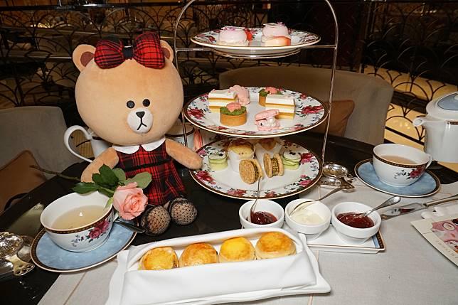 亮麗玫瑰雙人下午茶會送禮券一張,可憑券到BY TERRY指定三個專櫃換領限量版化妝袋一個及Baume de Rose潤唇唇彩旅行裝一支。