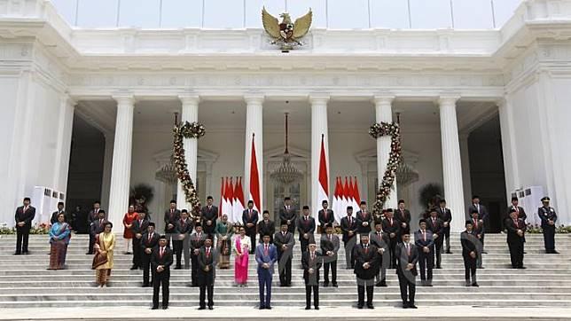 Presiden Joko Widodo bersama Wakil Presiden Ma'aruf amin berfoto bersama Kabinet Indonesia Maju periode Tahun 2019-2024 di Verdana Depan Istana Merdeka, Jakarta, Rabu 23 Oktober 2019. TEMPO/Subekti.