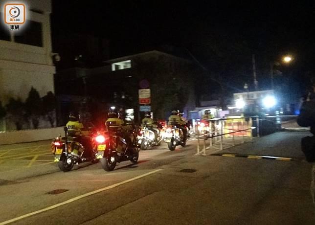 警方電單車護送隊駛入監獄。(任芳攝)