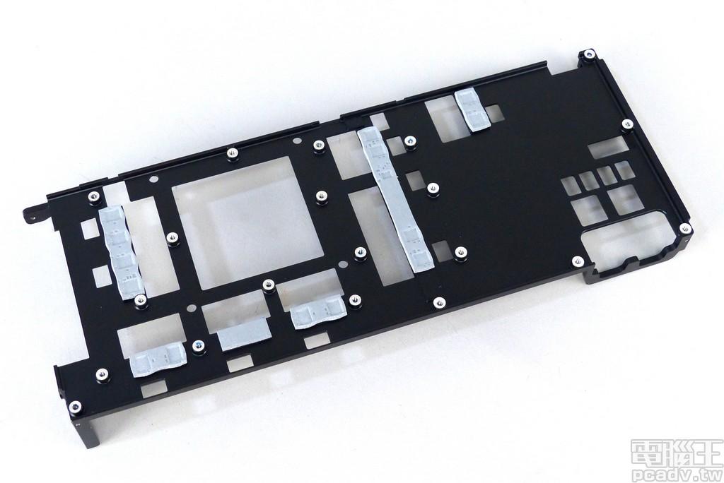 金屬中框負責提供 Radeon VII 安裝時的剛性,也肩負供電轉換 MOSFET 的散熱工作
