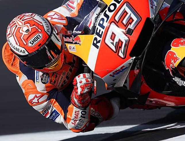 Valentino Rossi harus puas di posisi kedua usai kalah tipis dari sang peraih pole position di MotoGP Inggris 2019, Marc Marquez