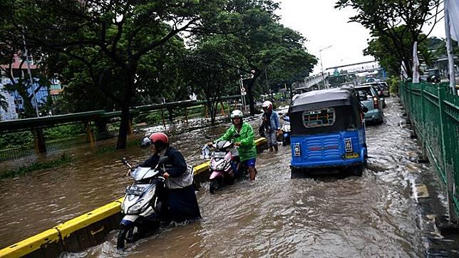 Warga mendorong motornya yang mogok saat melintasi banjir di Jalan Letjen Suprapto, Jakarta Pusat, Sabtu 8 Februari 2020. Hujan deras yang mengguyur Jakarta sejak Sabtu (8/2) dini hari membuat sejumlah kawasan di Ibu Kota terendam banjir. ANTARA FOTO/Sigid Kurniawan