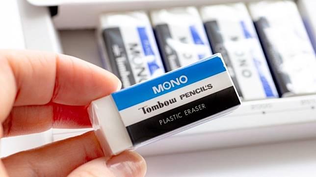 於1969年推出的初代MONO擦膠,一早已使用藍白黑的三色設計。(互聯網)