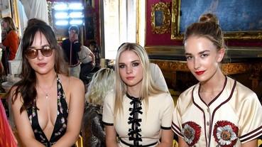 「格雷女」達珂塔強森帶妹妹們看秀!3 個姐妹顏值超高、全場最吸睛