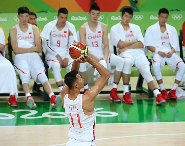 易建聯 (罰球者) 能否帶領中國男籃在自家主場打出佳績呢?不少球迷都睜大眼睛在看著(圖/達志影像)
