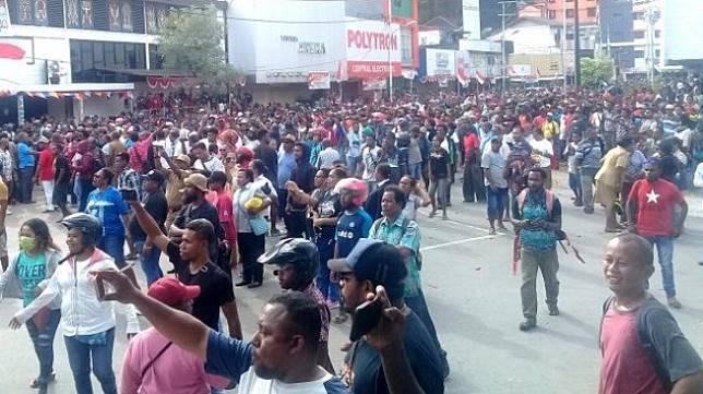 Massa aksi saat berada di Taman Imbi, Kota Jayapura sebelum menuju ke Kantor Gubernur Papua. [Jubi]