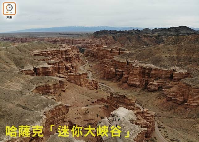Charyn Canyon跟美國大峽谷同為層層堆疊的紅色沉積岩,加上天山山脈作背景,十分壯觀。(李家俊攝)