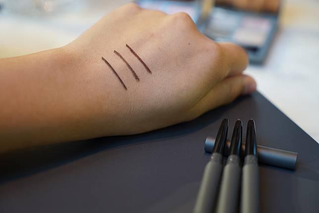 魅光幻眸眼線膠筆($250),包括有黑、啡紅及啡黃三色,化妝姐姐指今次特別加強了防水、防油功能,所以如果要blend開,記得10秒內就要完成。
