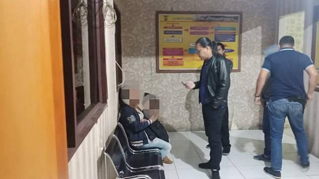 MMW alias Meyti, seorang ibu berusia 35 tahun di Lingkungan I Kelurahan Woloan Satu, Kecamatan Tomohon Barat, Provinsi Sulawesi Utara, diduga melakukan tindak kekerasan terhadap dua anak kandungnya. [Zonautara]
