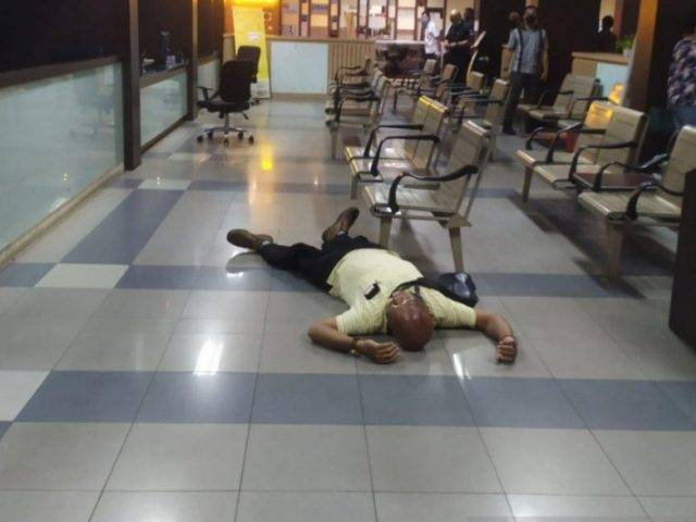 Seorang Pria Kejang Lalu Pingsan di SPKT Polda Metro Jaya