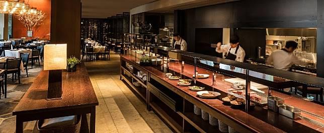 設於東京君悅酒店的扒房Oak Door,大大個Open Kitchen相當有氣勢。(互聯網)