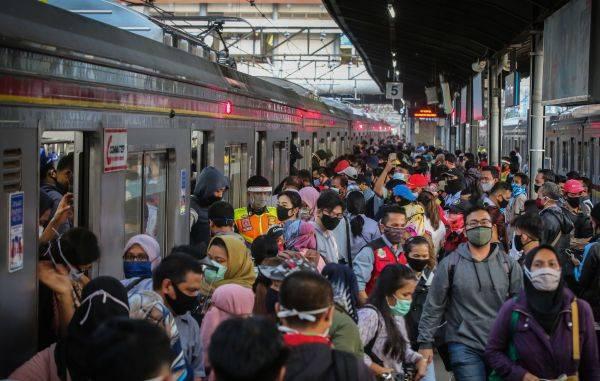 Penumpag kereta rel listrik KRL commuter line saat masa PSBB transisi