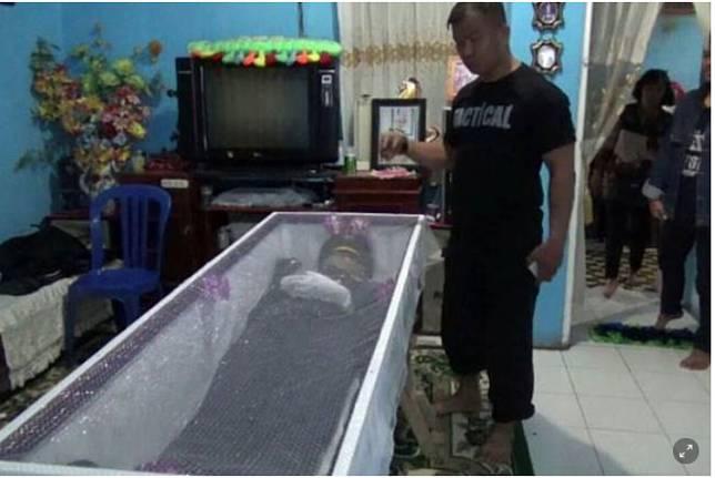 Jenazah taruna ATKP Aldama Putra Pangkolan disemayamkan di rumah duka di kompleks AURI Sultan Hasanuddin, Makassar, Rabu (6/2/2019). (KOMPAS.com/HENDRA CIPTO)