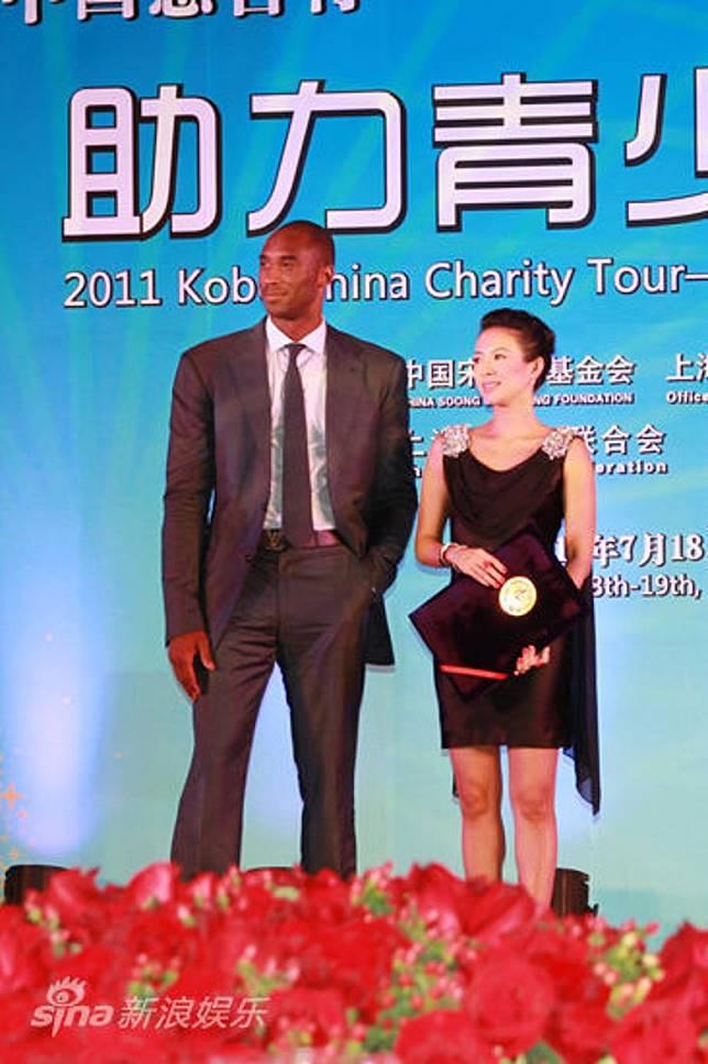 高比同章子怡出席慈善活動。
