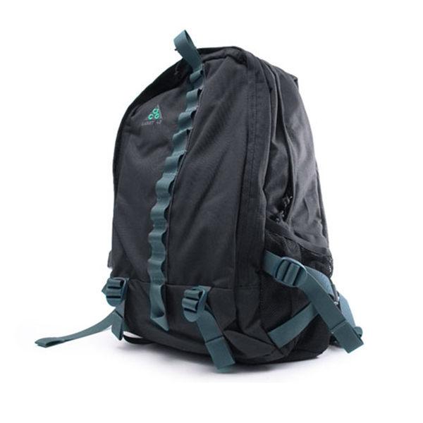 高質感後背包採用仿皮材質 設置大容量主袋並配有拉鍊口袋便於收納小物 精巧商標為造型增添運動元素